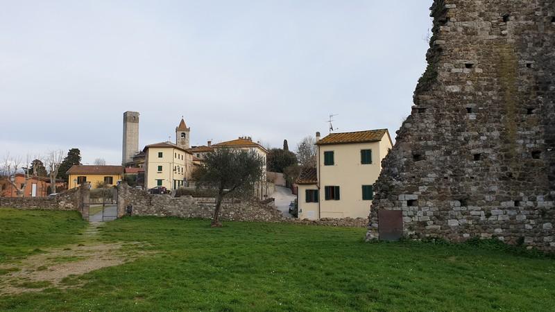 La vista sul borgo di Serravalle Pistoiese dall'interno della Rocca Nuova. Sulla destra parte delle mura della rocca mentre sullo sfondo spicca l'alta Torre del Barbarossa e il campanile della chiesa.