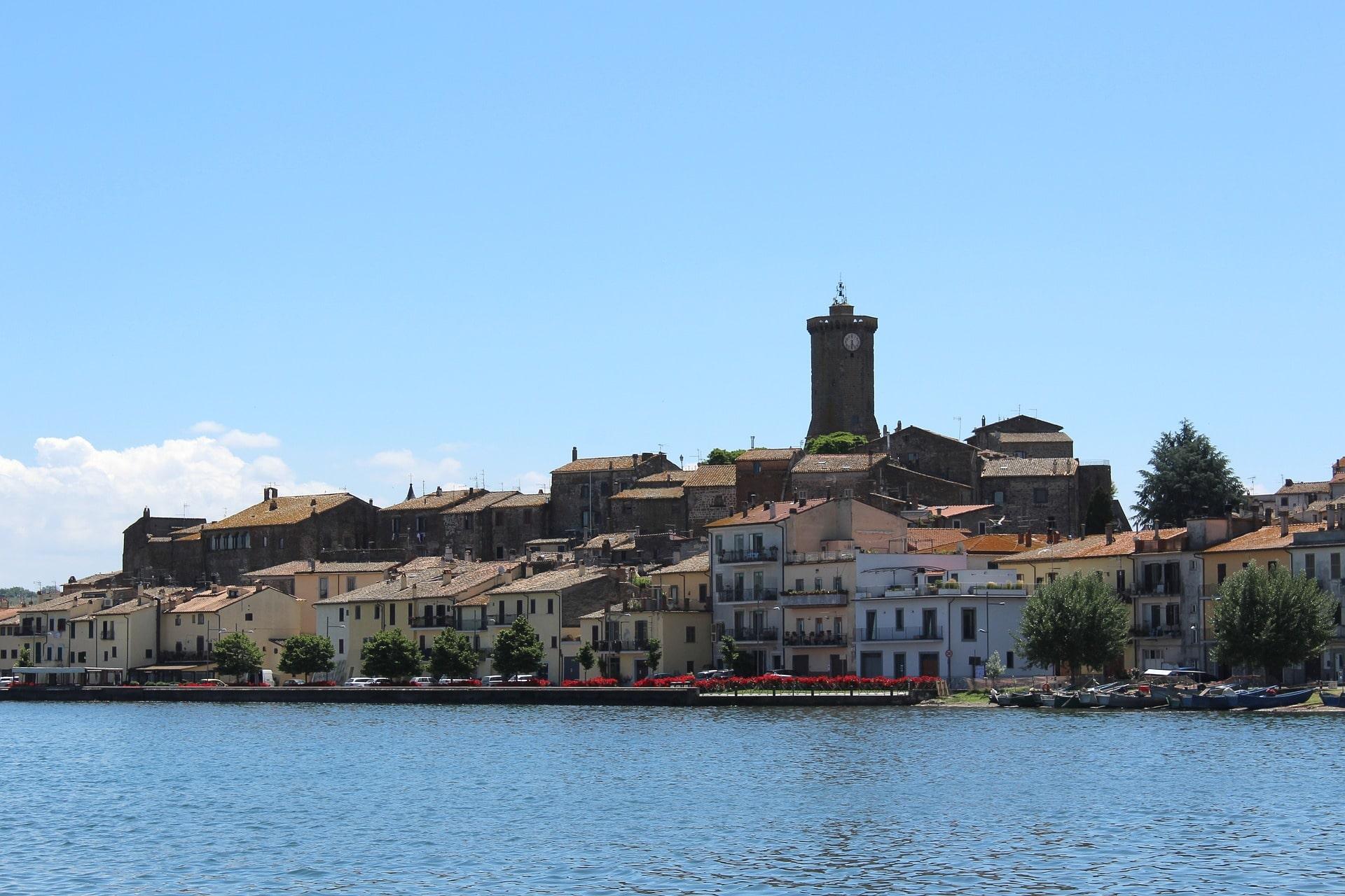 La vista completa su Marta con le sue casette e il bellissimo lungolago. In cima al borgo si staglia l'alta torre dell'orologio.