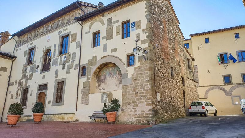 L'edificio più importante di Anghiari paese della battaglia, ovvero il Palazzo Pretorio. La facciata è semplice ma piena di stemmi e grandi finestre. Accanto all'ingresso una piccola volta affrescata.