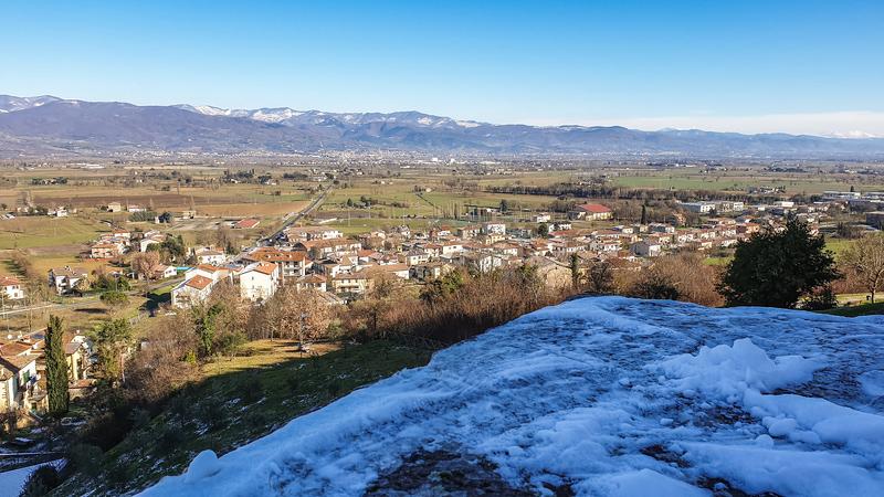 Una distesa in pianura conosciuta come la Piana della battaglia di anghiari. In primo piano la neve sopra un muro del borgo di Anghiari mentre sullo sfondo le montagne e il paese di Sansepolcro.
