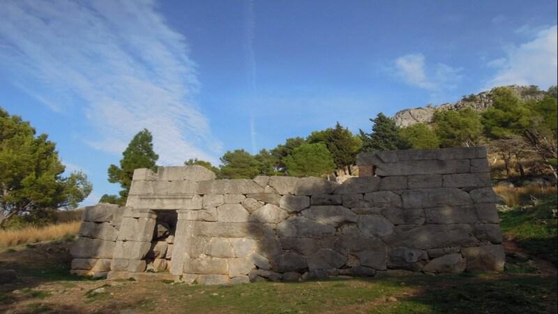 I resti di ciò che rimane dell'antico tempio di Diana della Rocca di Cefalù. Il tempio si trova nel mezzo della natura ed è costituito da grandi sassi uniformi e da un entrata con due colonne in pietra.