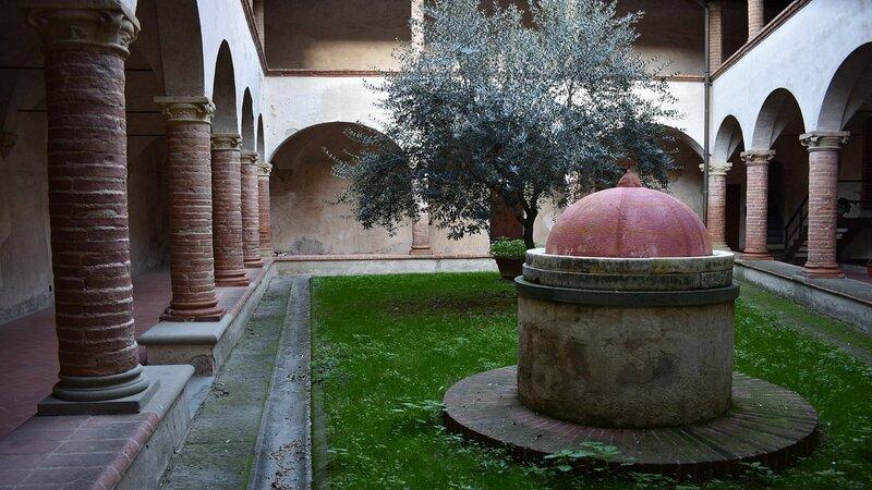 Un piccolo chiostro a doppio loggiato interno alla chiesa. Al centro si trova un grande ulivo ed un pozzetto con cupolino rosso.
