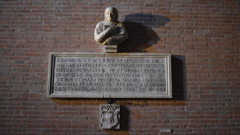In alto c'è il busto di Giovanni Boccaccio scolpito in marmo. Sotto una lapide commemorativa scritta in latino al cui interno giacciono le spoglie del famoso poeta e scrittore.