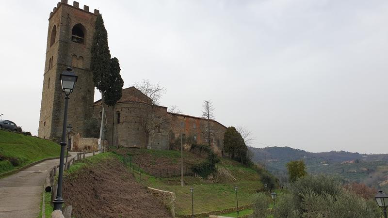 Buggiano Castello è uno dei borghi medievali della provincia di pistoia e uno dei più belli e unici. Nella foto una strada in mezzo alle verdi colline che porta alla chiesa della madonna col suo campanile a torre.