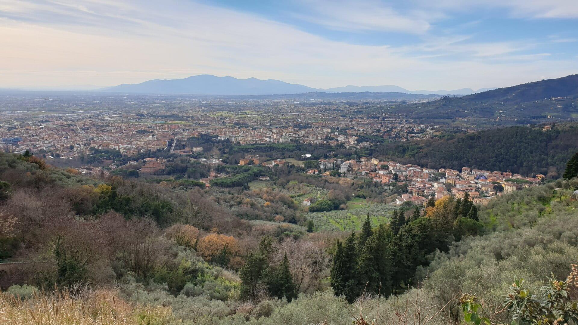 Una vista stupenda dall'alto su tutta la Valdinievole con i suoi tanti borghi medievali della provincia di Pistoia. Sullo sfondo si vedono grandi montagne che si ergono verso il cielo.
