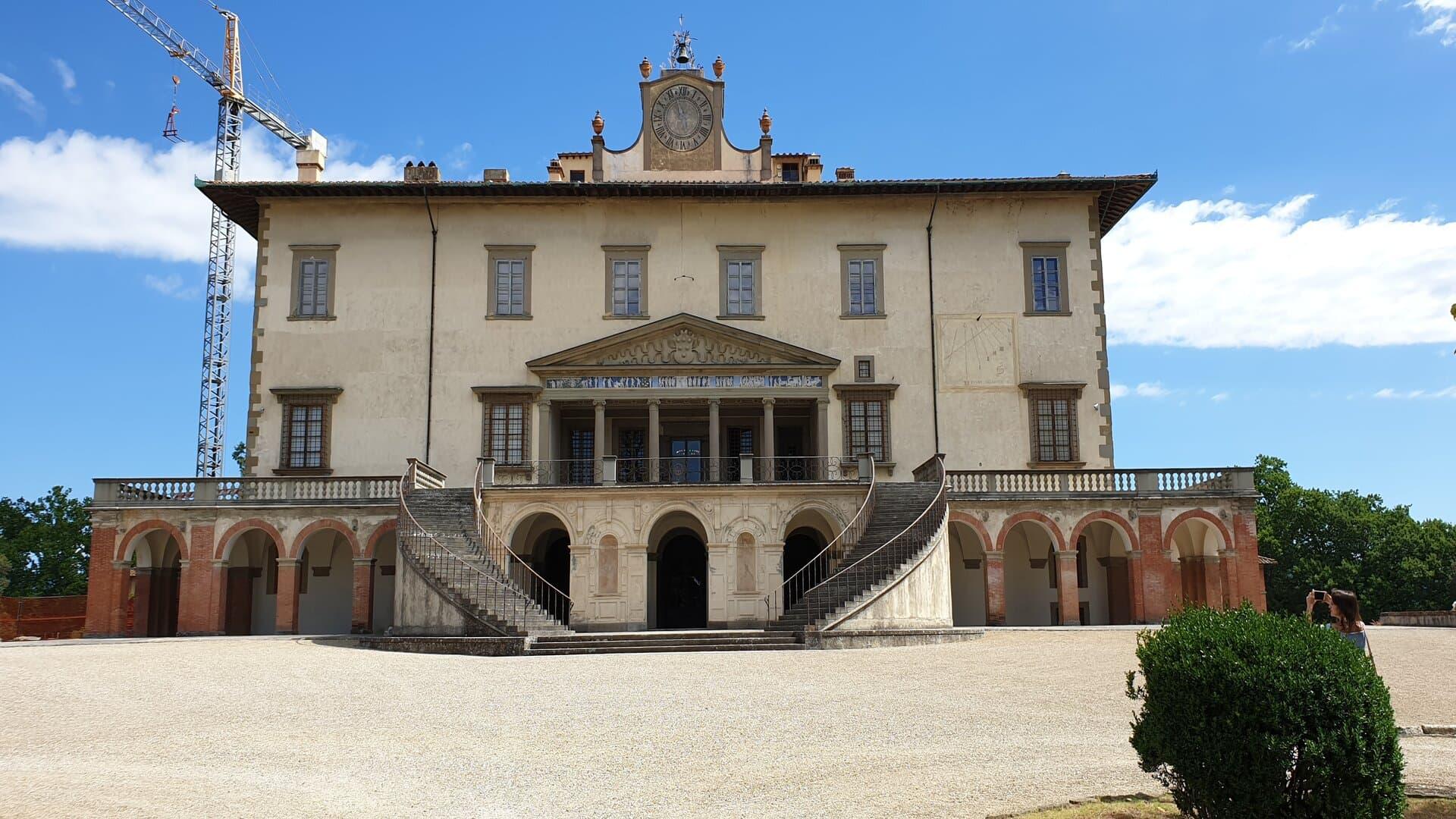 L'esterno della meravigliosa villa medicea di Poggio a Caiano con la sua entrata monumentale e le scalinate a doppia rampa laterale. In cima il grande orologio che detta l'orario.