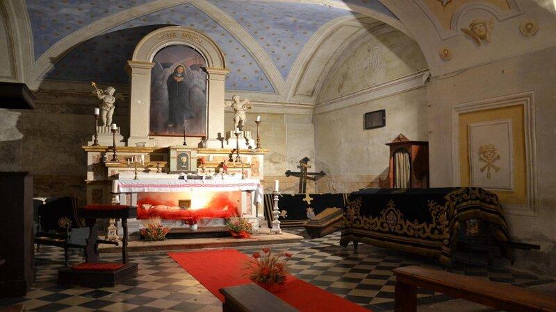 la meravigliosa cripta della misericordia con il soffitto dipinto tutto in blu e i muri laterali affrescati da disegni variegati. Al centro l'altare con un dipinto della madonna.