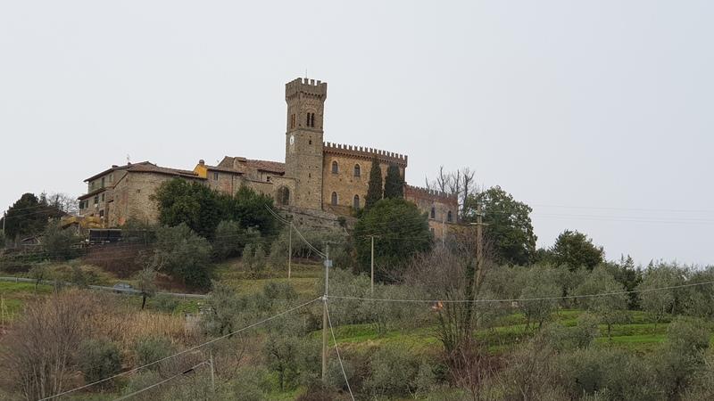 Tra i vari borghi medievali della provincia di pistoia c'è Massa e Cozzile. Sono due borghi distinti ma il più bello è Cozzile. Fulcro del borgo è il Palazzo de Gubernatis che si scaglia in mezzo alle verdi colline come da foto.