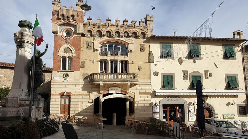 Piazza Giusti di Montecatini Alto con al centro il bellissimo Teatro dei Risorti. A destra uno dei tanti locali della piazzetta, mentre a sinistra la statua del poeta Giuseppe Giusti con la bandiera italiana.