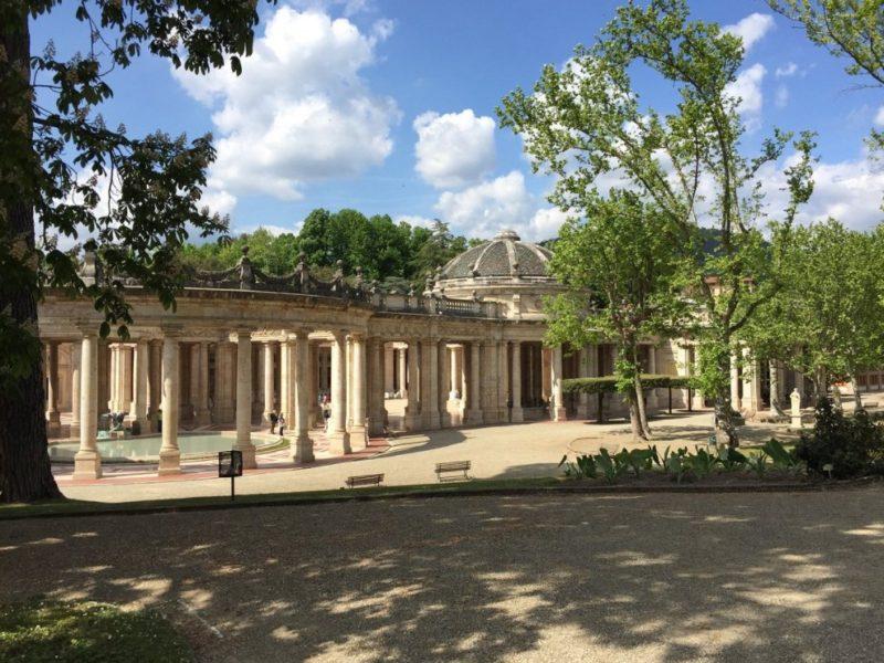 Uno scorcio sull'entrata delle stupende e super conosciute terme di Montecatini. L'entrata è monumentale con i tanti colonnati e si trova all'interno di un piccolo parco.