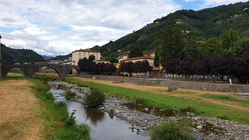 Pescia è un piccolo borgo medievale della provincia di pistoia e rispetto agli altri si trova in completa pianura. Nella foto il lungofiume di Pescia incorniciato da verdi colline.