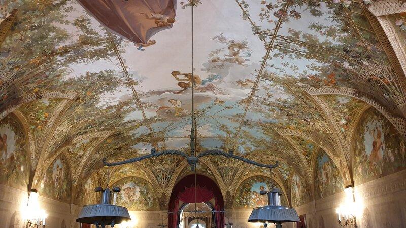 Il bellissimo soffitto della sala dei Biliardi all'interno della villa. Si possono notare le decorazioni floreali ai lati e al centro un bellissimo cielo azzurro con alcuni angioletti nel mezzo.