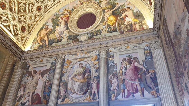 Alcuni dei bellissimi affreschi colorati rappresentanti scene della storia di Roma all'interno della sala Leone X. Questa è sicuramente la stanza più bella della villa medicea di poggio a caiano.