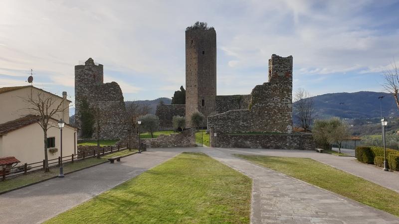 Serravalle Pistoiese è uno dei borghi medievali più belli della provincia di pistoia che saprà rapirti subito. La sua peculiarità sono le alte torri medievali delle due rocche di cui una vedi nella foto, ovvero la Rocca di Castruccio.