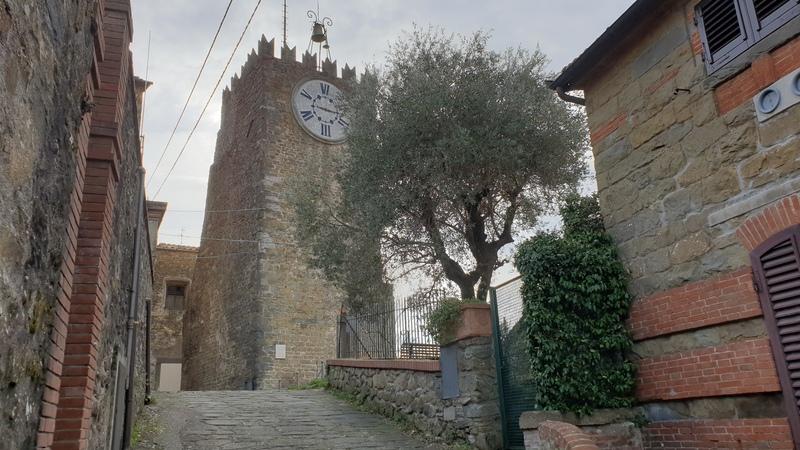 La torre dell'orologio di Montecatini Alto simbolo del medioevo e di tutti i borghi medievali della provincia di Pistoia. Si staglia nel cielo con il suo grande orologio centrale a sei ore.