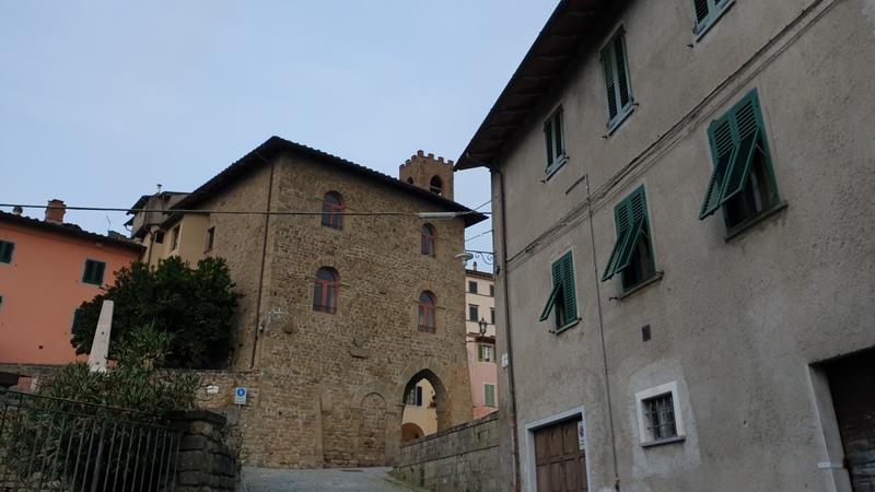 Uzzano saprà letteralmente rapirti con i suoi tanti scorci tra le varie casette medievali e terrazze con vista sulla Valdinievole. In foto uno scorcio sul Palazzo del Capitano con in cima la torre dell'orologio che fa capolino.